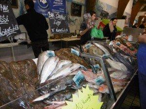 banc de poissons sous les halles de Noirmoutier