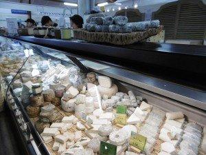 banc de fromages sous les halles de Noirmoutier